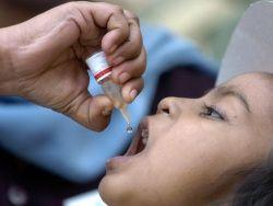 В Пакистане медики и полиция силой привили детей от полиомиелита
