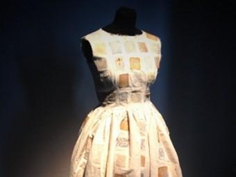 Британская художница шьет платья из супермикробов