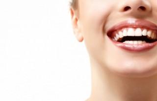 Чистка зубов в стоматологическом кабинете