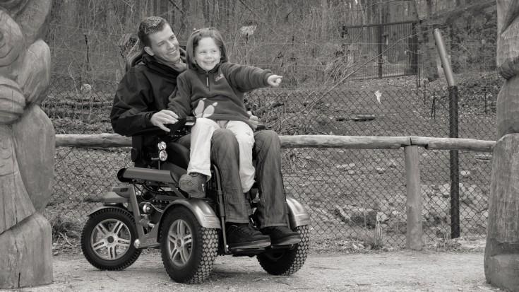Выбор ходунков или инвалидной коляски