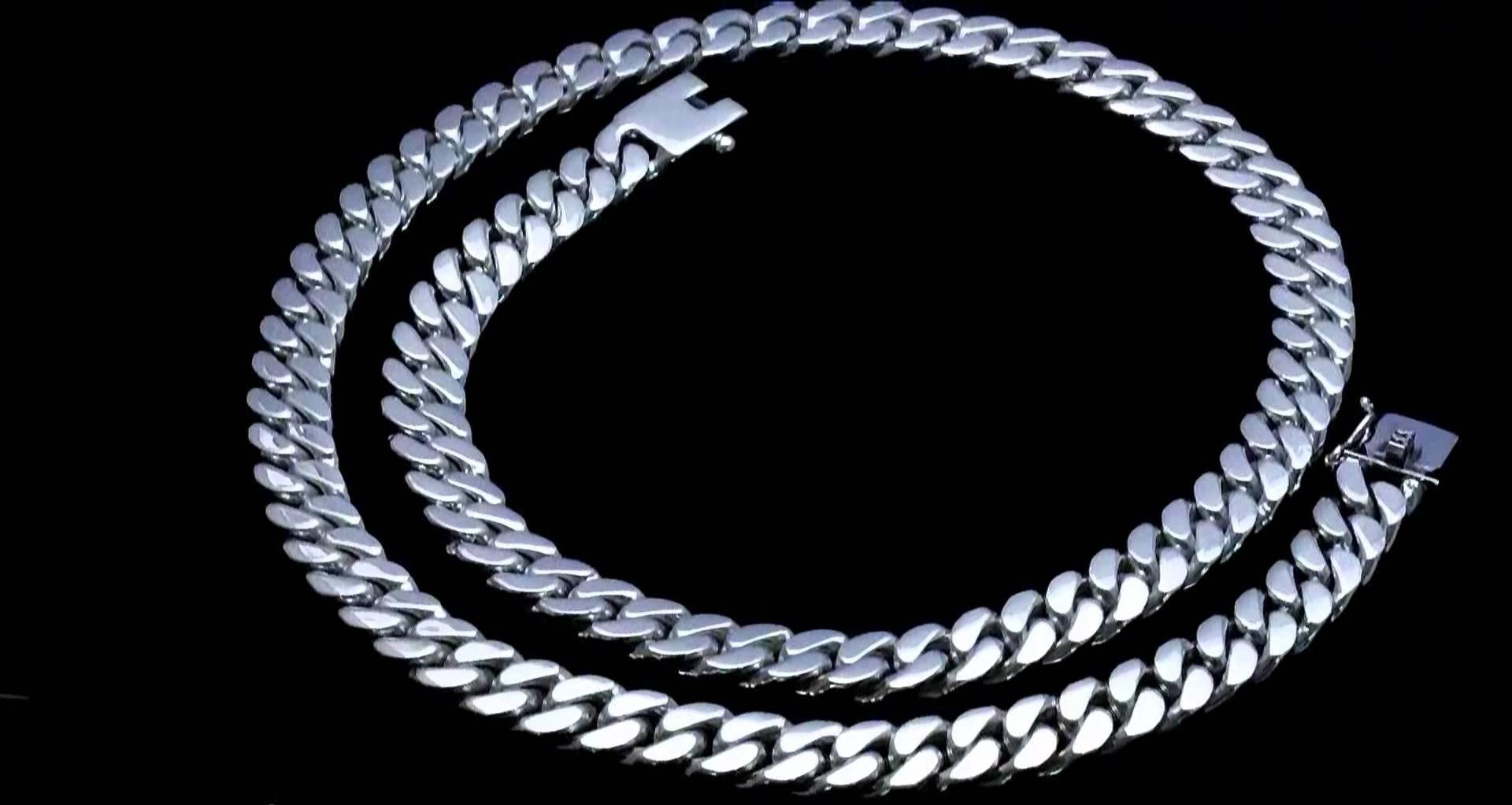 Советы о том, как выбрать серебряную цепочку мужчине.