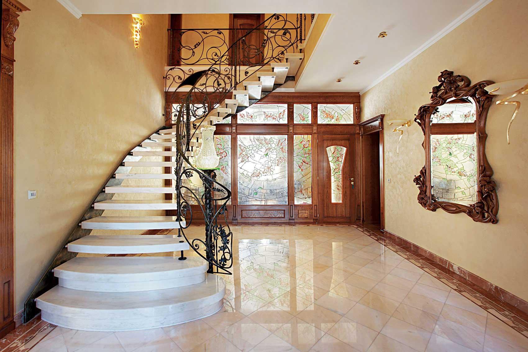 Изделия с коваными элементами отражают мощь и красоту интерьера