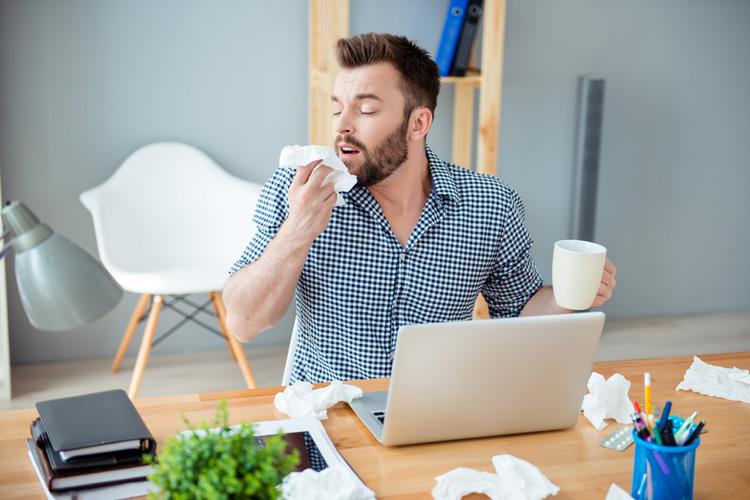 Будь здоров: чем чихание опасно для окружающих