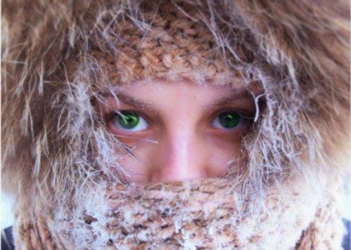 Насморк, сыпь и отеки могут быть аллергией на холод