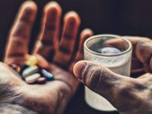 Названы напитки, которыми опасно запивать лекарства
