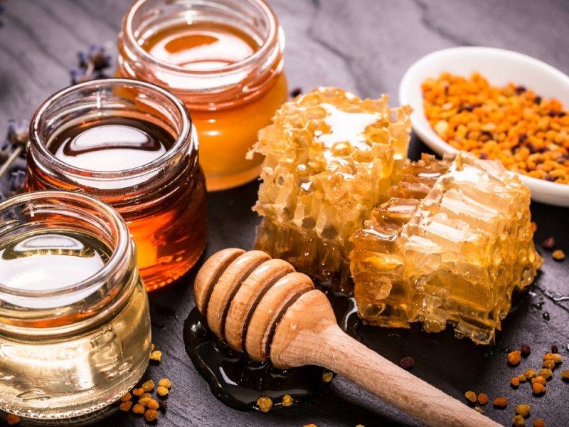Британский диетолог рассказал о пользе меда при дерматитах и боли в горле