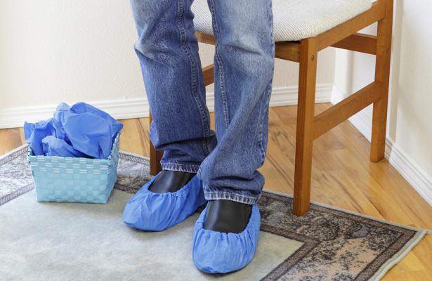 Обязан ли врач надевать бахилы при входе в дом
