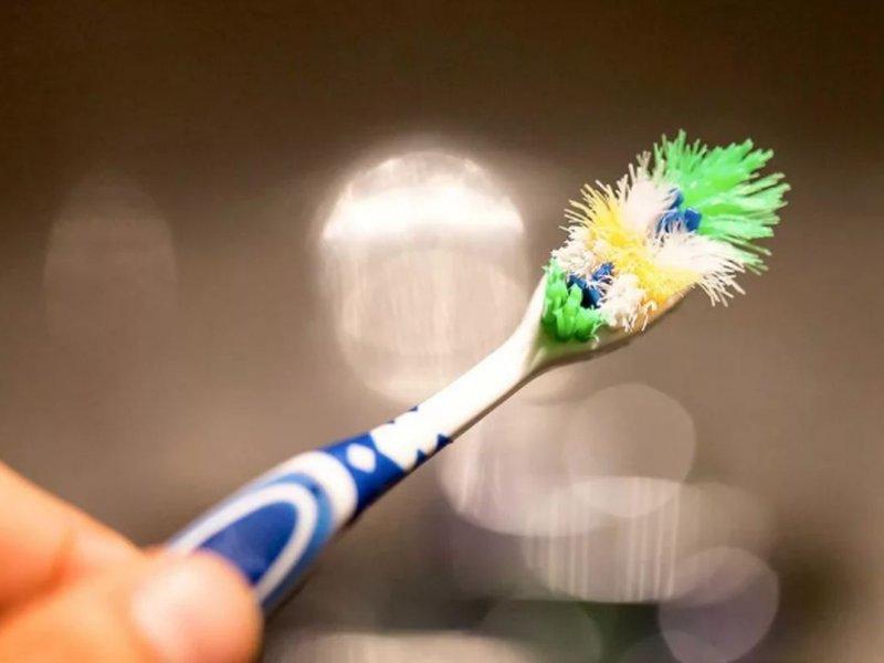 Врачи заявили, что менять зубную щетку после гриппа не обязательно