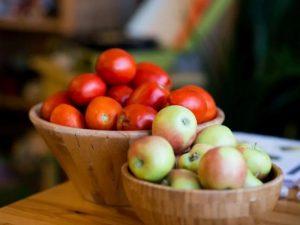 Употребление в пищу свежих яблок и помидоров может исправить повреждение легких