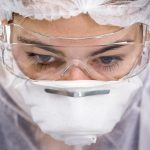 Ученые объяснили, почему коронавирус тяжело лечится